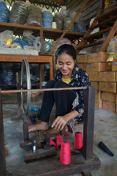 Tisserande de kramas dans l'ONG Cambodgienne