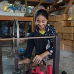Tisserande en préparation avant le tissage du krama